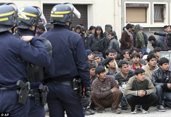 Detained-Riot-police-officers-face-immigrants-in-Calais-today-after-the-morning-raid