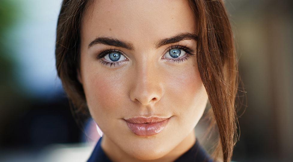 蒼い目を持った女性