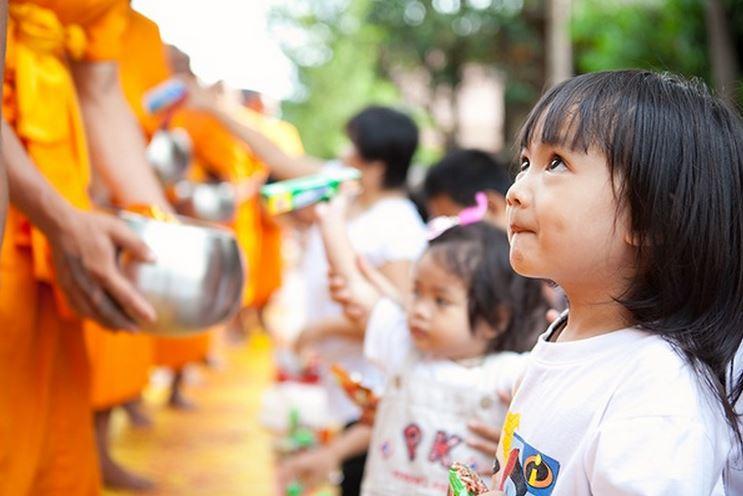 タイ女性タンブン