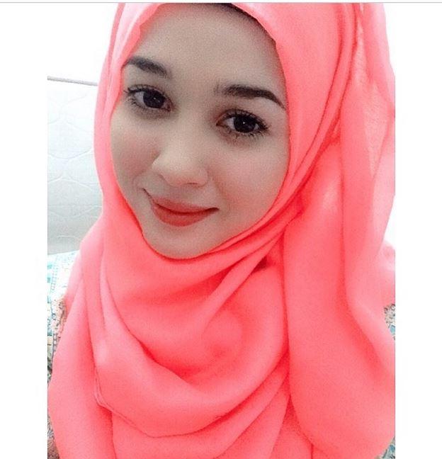 ピンクスカーフ美女