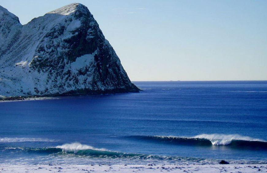寒い中サーフィン