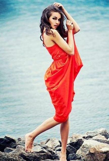 赤いドレス美人