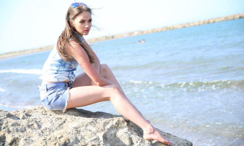 浜辺の金髪美女
