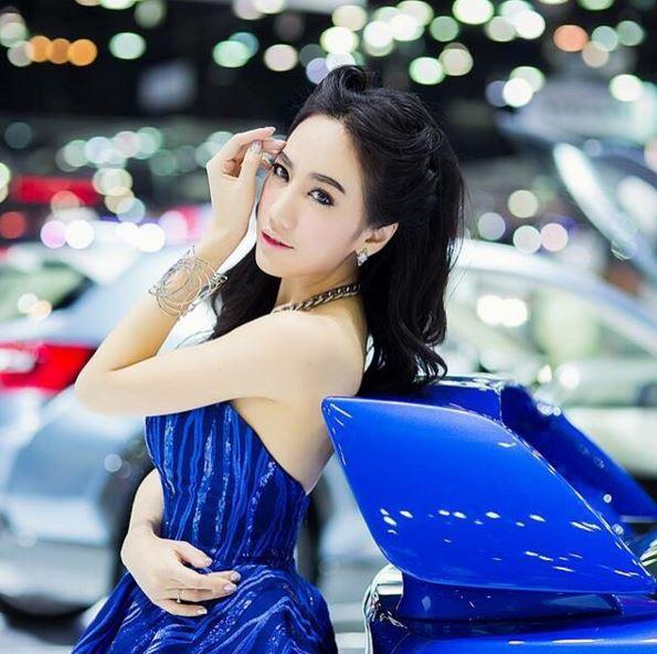 スポーツカーと美女