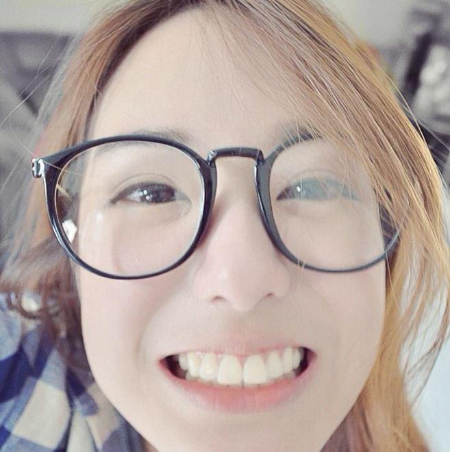 超可愛いメガネ女性