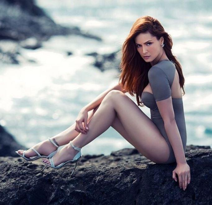 断崖絶壁の美女