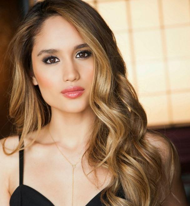 インドネシア金髪美女