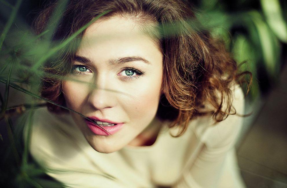 瞳が綺麗な金髪美女