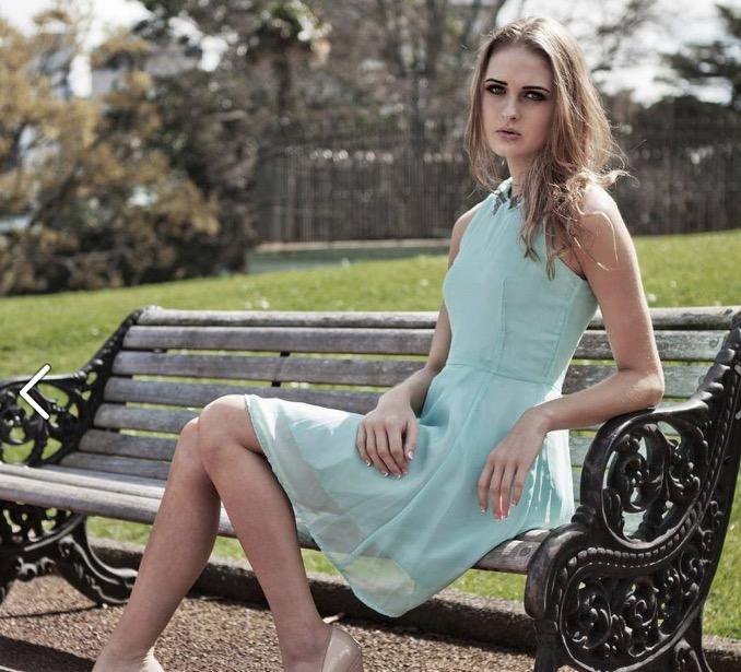 公園の金髪美女