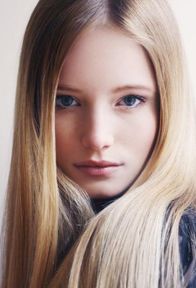 蒼い目の美女